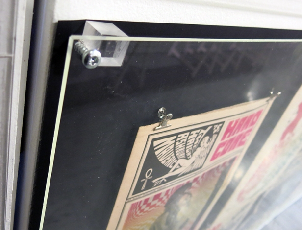 hit combo! : plexiglass + cube de plexiglass de posé de travers + grosse visse + papier noir qui se décolle + pince à dessin