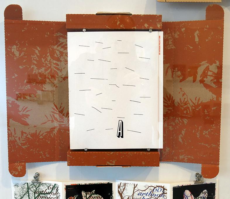 Park Kum Jum (graphiste) dont l'édition est clouée au mur derrière une vitre en plexiglass!