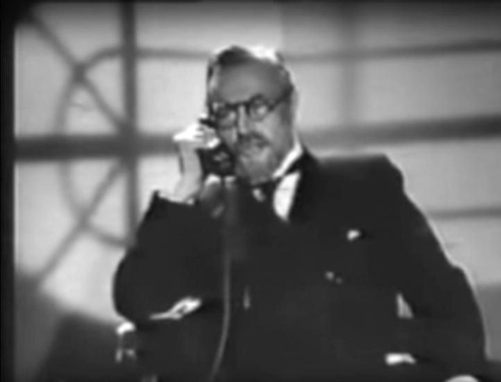 Forces occultes 1943. L'ombre renversée de la fenêtre du bureau de Larivière comme signe de ses aspirations sataniques.